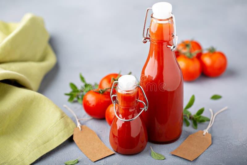 Selbst gemachtes Tomaten-Ketschup in den Glasflaschen stockbilder