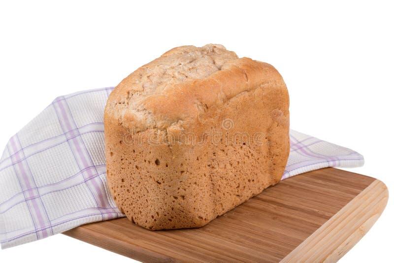Selbst gemachtes Vollkorn buchstabiert und Weißmehlbrot lokalisiert auf dem weißen Hintergrund, gebacken im Brotbackautomaten stockfotografie
