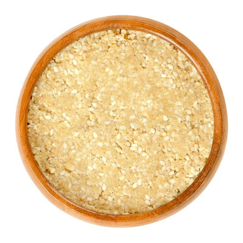 Selbst gemachtes weißes tahini mit Samen des indischen Sesams in der hölzernen Schüssel stockfotos