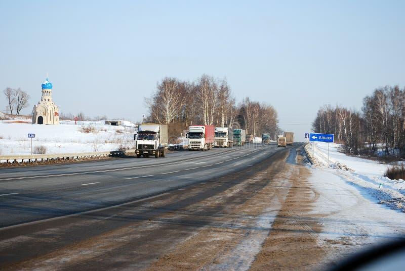 Selbst-LKW-Längenmessgeräte gehen auf Minskoye-Landstraße am klaren Morgen des Winters stockbilder