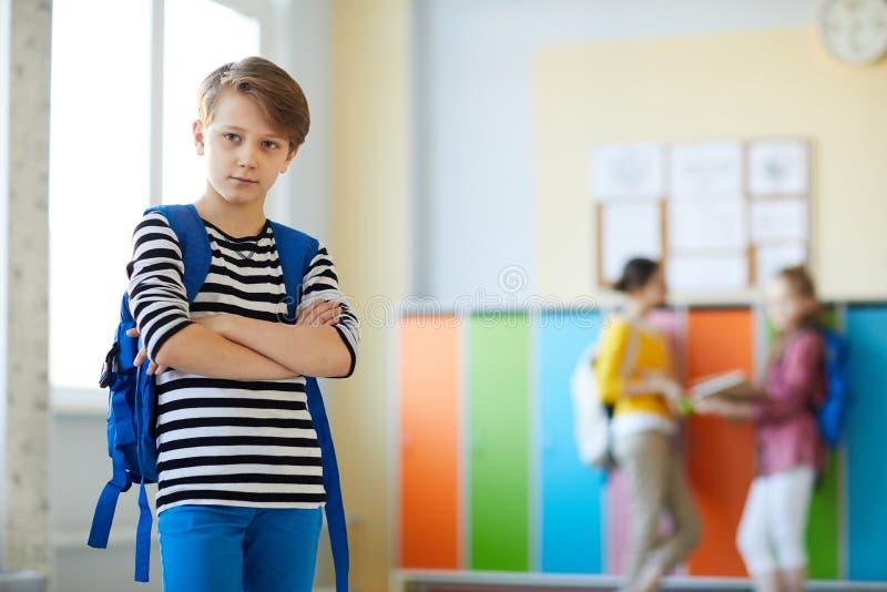 Selbstbewusster Schüler mit Schultasche stockfotos