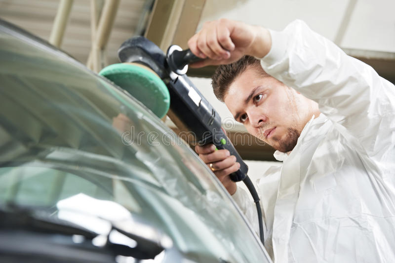 Selbstmechaniker-Polierauto stockfoto