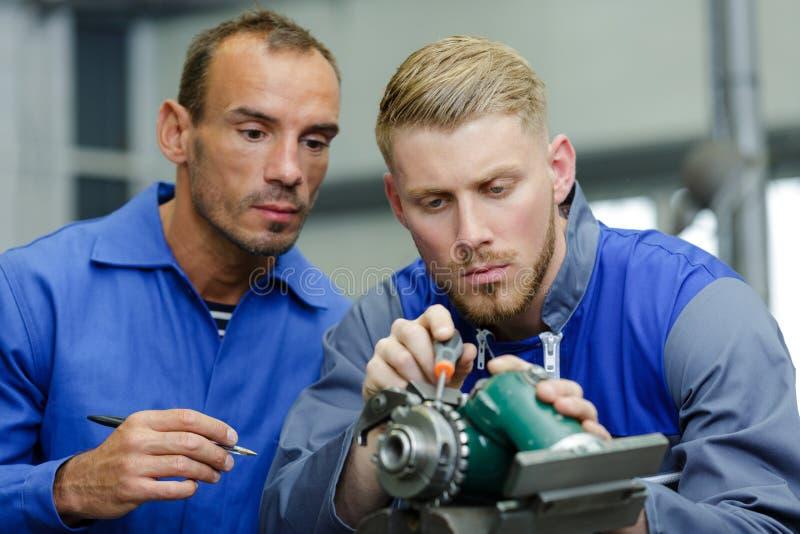 Selbstmobile- und Motorradmechaniker, der an Stück arbeitet lizenzfreie stockbilder
