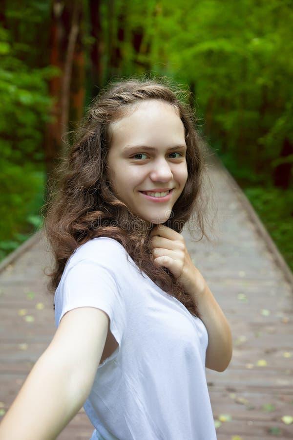 Selbstportr?t der jungen l?chelnden l?chelnden Frau auf Natur im Wald oder im Sommerpark Reise Selfie stockfotos