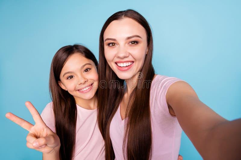 Selbstporträt von zwei netten netten reizend attraktiven reizenden optimistischen weiblichen netten gerad-haarigen Mädchen, die S stockbilder