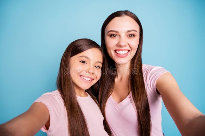 Selbstporträt von zwei netten netten reizend attraktiven reizenden süßen anziehenden netten freundlichen gerad-haarigen Mädchen,  stockbild