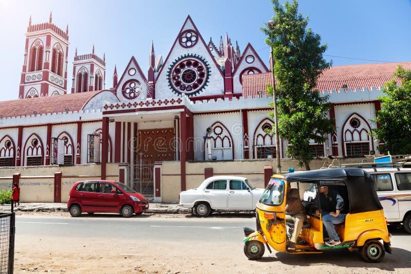 Selbstrikscha und Kirche in Puducherry lizenzfreie stockfotografie