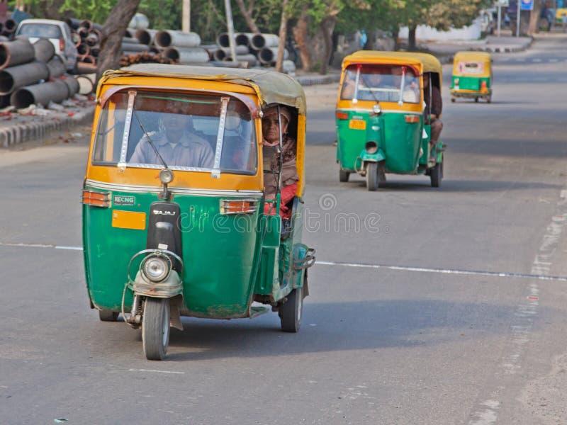 Selbstrikschas auf der Straße in Delhi lizenzfreies stockbild