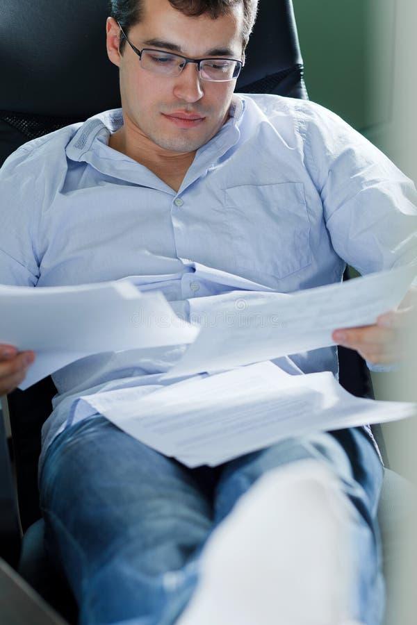 Selbstständiger Mann, der zu Hause arbeitet stockfoto