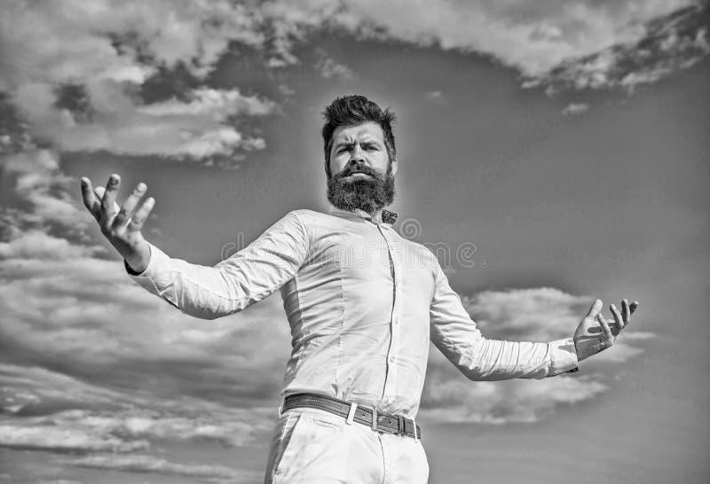 Selbststolzes Gefühl Hipster-Bart und Schnurrbart sehen aus wie ein attraktives weißes Hemd Guy genießt höchste Leistung Überlege lizenzfreie stockfotos