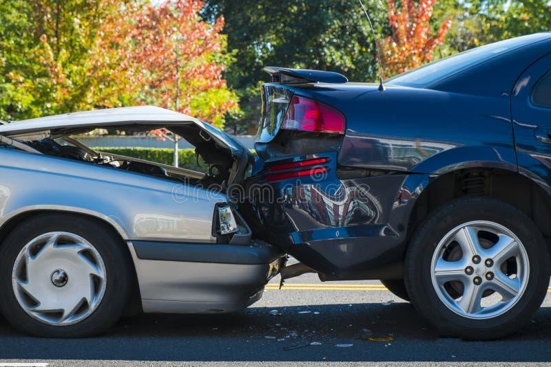Selbstunfall, der zwei Autos mit einbezieht lizenzfreies stockbild