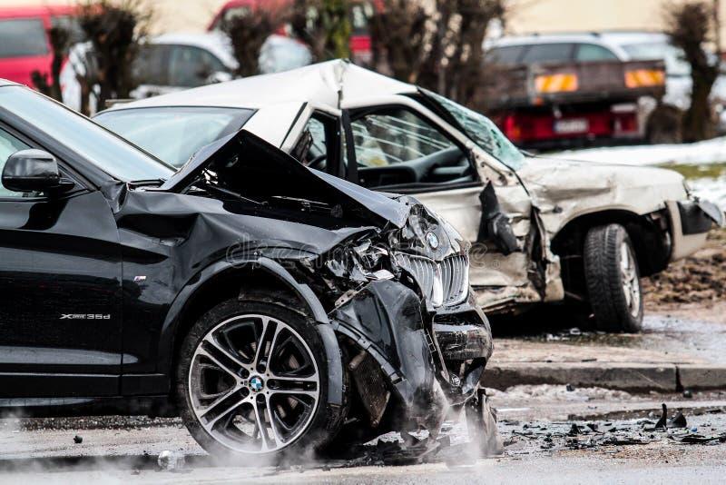 Selbstunfall Zerschmetterte Autos stockfotos
