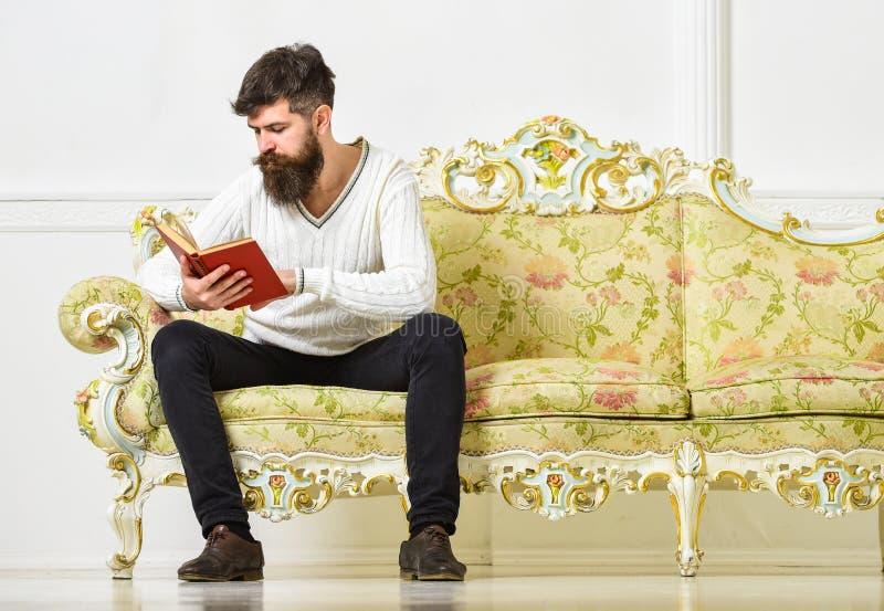 Selbstverbesserungskonzept Macho auf starkem Gesichtslesebuch Kerllesebuch mit Aufmerksamkeit Mann mit Bart und stockfotografie