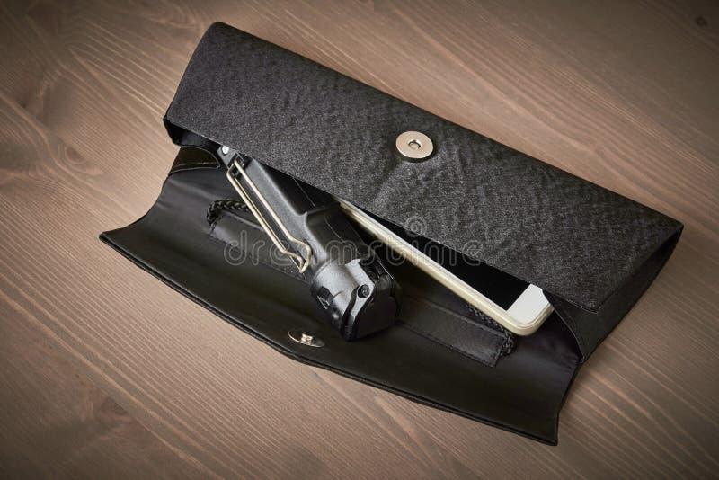 Selbstverteidigung - Pfefferspray in der Handtasche einer Frau stockbild