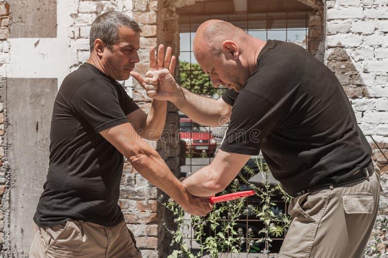 Selbstverteidigungstechniken gegen einen Messerangriff stockfotos