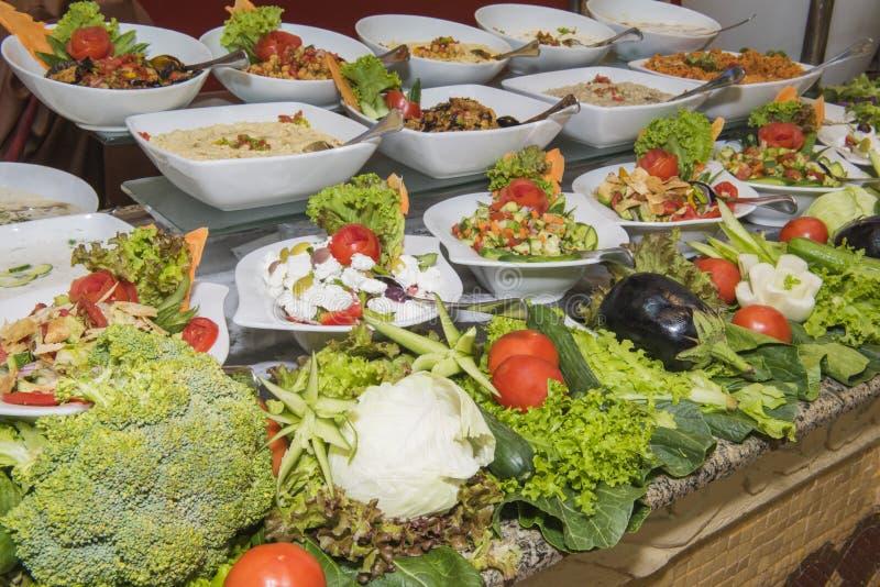 Selction van saladevoedsel bij een restaurantbuffet stock foto