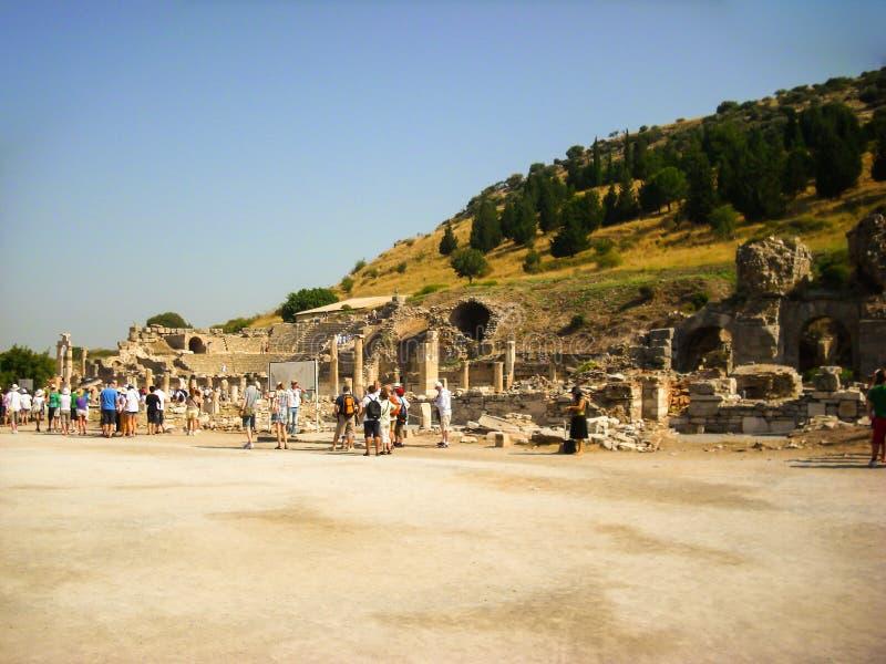 Selcuk Turcja, Czerwiec, - 18 2012: Turystyczny odwiedza Ephesus Antyczny miasto blisko Kusadasi, Unesco Światowego Dziedzictwa M fotografia stock