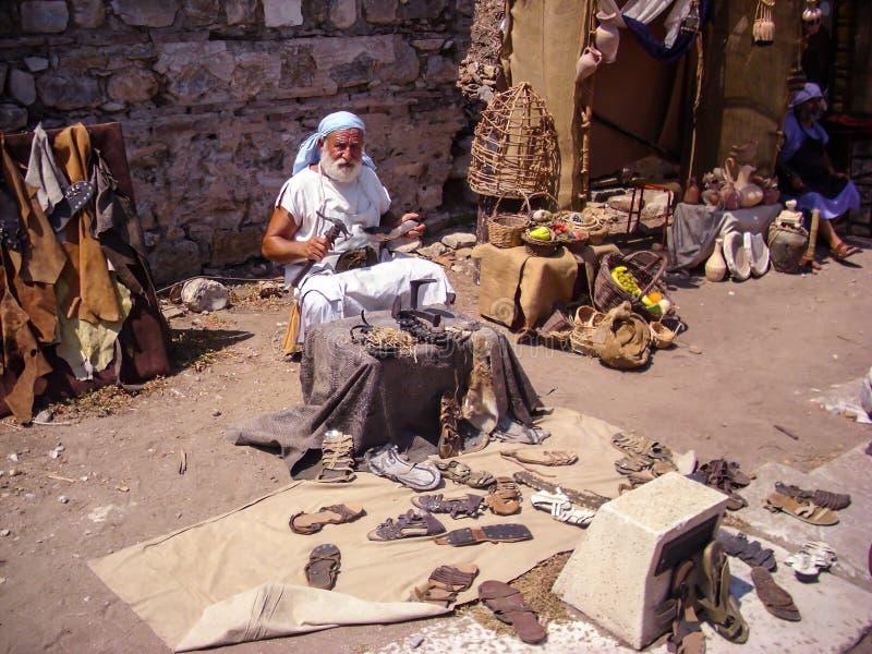 Selcuk Turkiet - Juni 18 2012: Skådespelare som poserar som gammal hantverkareskotillverkare i Ephesus den forntida staden, nära  arkivfoton