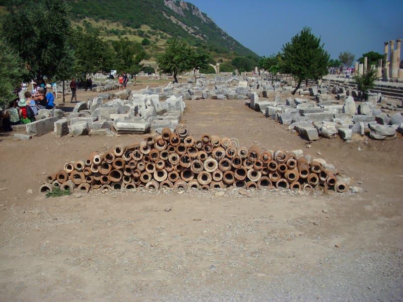 Selcuk, Turquia - 18 de junho de 2012: Turista que visita a cidade antiga de Ephesus, perto de Kusadasi Local do património mundi fotografia de stock royalty free