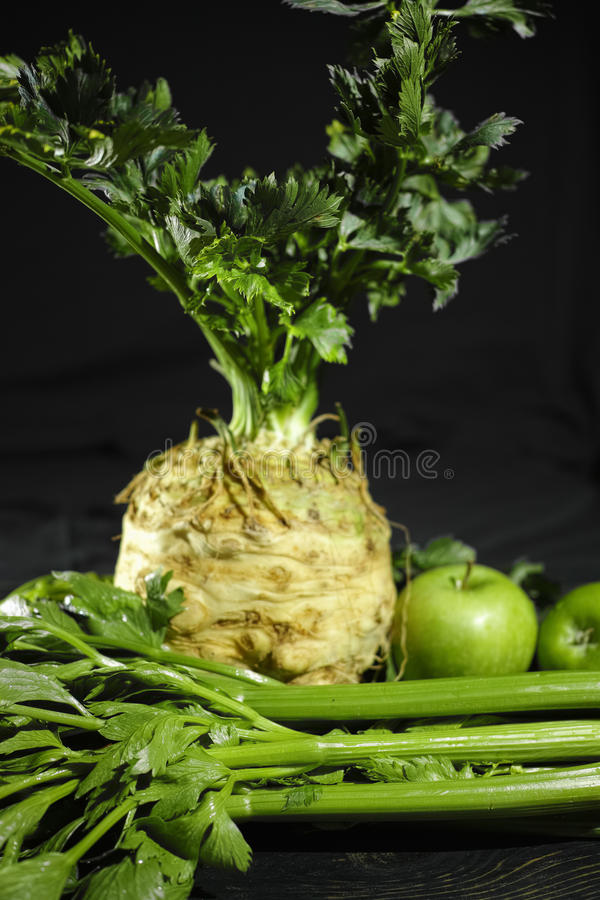 Selderie, selderiewortel - knolselder en groene appelen, vers gezond v royalty-vrije stock foto