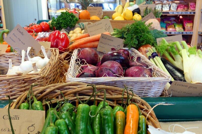Seleção brilhantemente colorida de vegetais orgânicos saudáveis em wic fotografia de stock