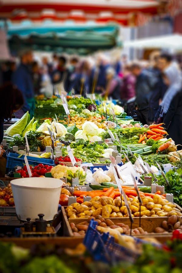 Seleção colorida dos vegetais no mercado dos fazendeiros em Mainz fotos de stock