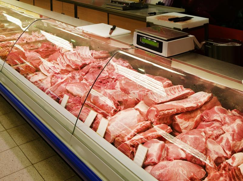 Seleção da carne em uma loja de carniceiro foto de stock royalty free
