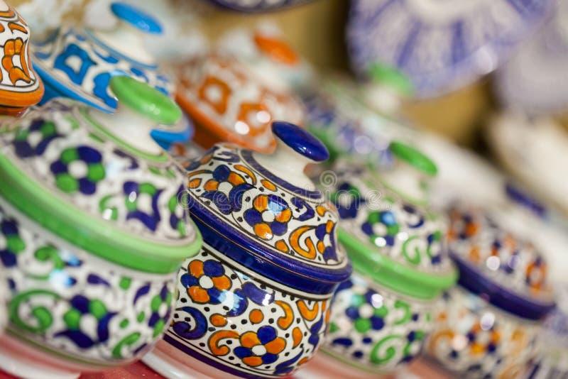 Seleção da cerâmica tradicional no mercado marroquino (souk) em F imagem de stock