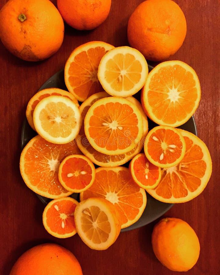 Seleção das citrinas apresentadas em uma placa imagem de stock