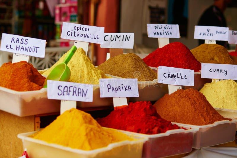Seleção das especiarias em um mercado marroquino fotos de stock royalty free