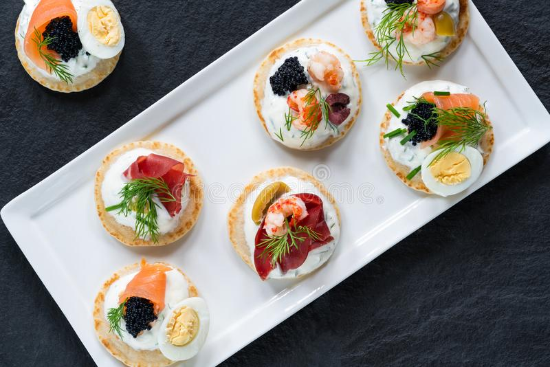 Seleção de blinis do cocktail - alimento gourmet do partido imagens de stock royalty free
