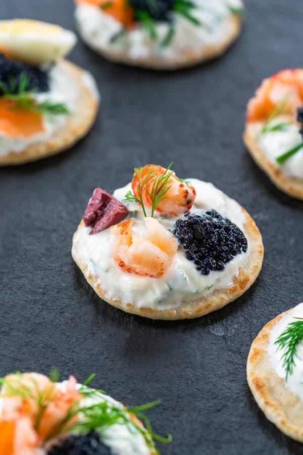 Seleção de blinis do cocktail - alimento gourmet do partido imagem de stock