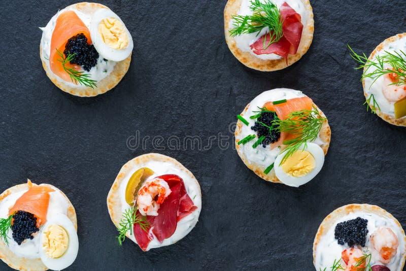 Seleção de blinis do cocktail - alimento gourmet do partido fotografia de stock