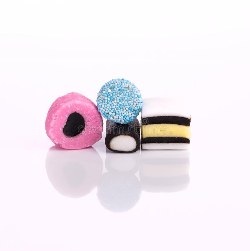 Seleção de doces do alcaçuz em um fundo branco foto de stock