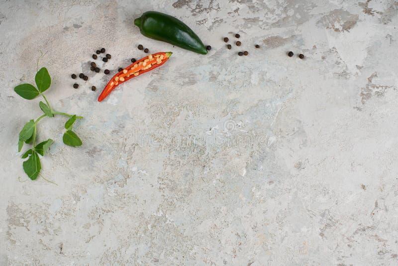 Seleção de ervas e de verdes das especiarias Ingredientes para cozinhar Fundo do alimento fotografia de stock