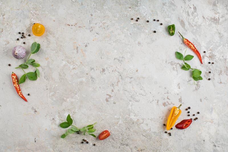 Seleção de ervas e de verdes das especiarias Ingredientes para cozinhar Fundo do alimento imagem de stock royalty free