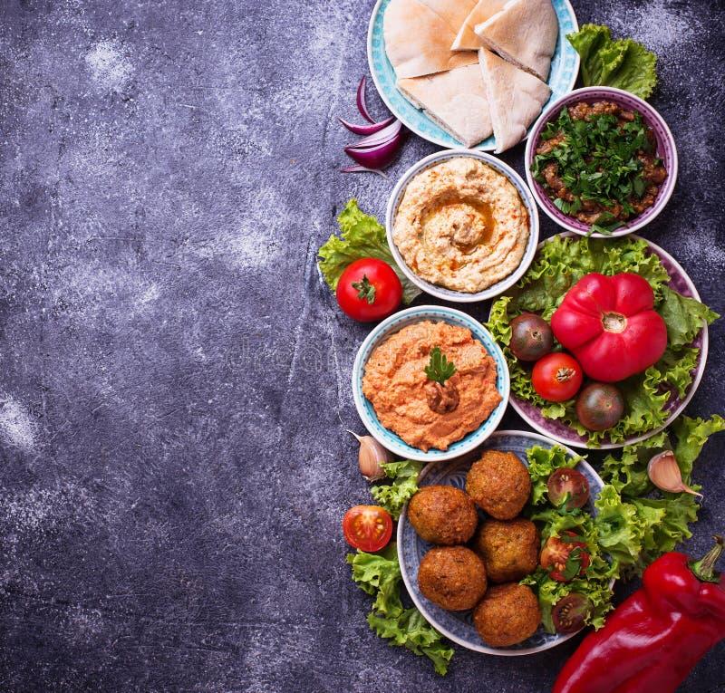 Seleção de pratos do Oriente Médio ou árabes fotos de stock
