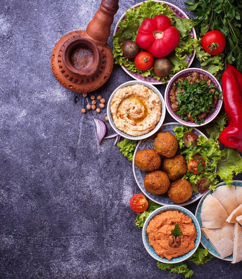 Seleção de pratos do Oriente Médio ou árabes imagem de stock royalty free