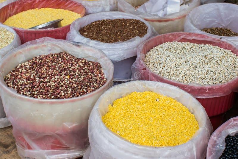 Seleção de várias leguminosa na cesta para a venda no mercado imagem de stock royalty free