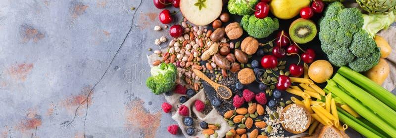 Seleção do alimento rico saudável do vegetariano das fontes da fibra para cozinhar imagem de stock