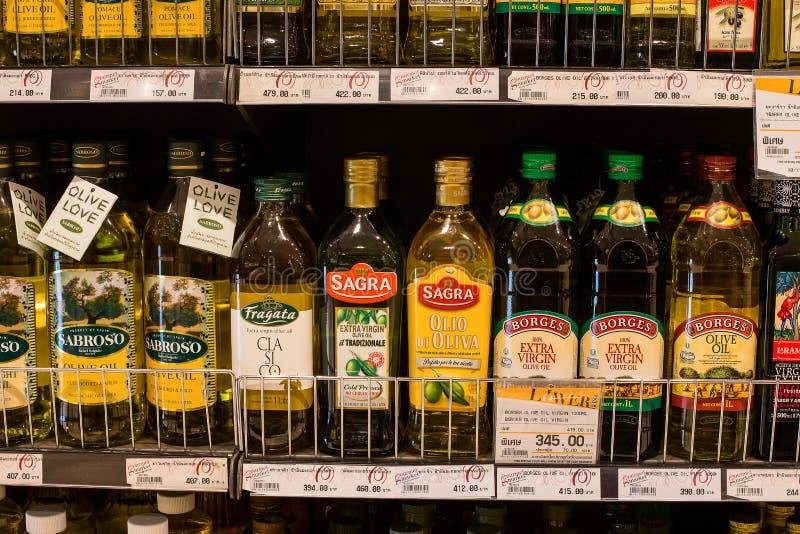 Seleção do azeite nas prateleiras em um supermercado Siam Paragon em Banguecoque fotografia de stock royalty free