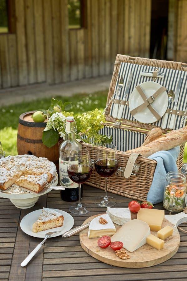 Seleção do queijo em uma bandeja com vinho tinto imagens de stock