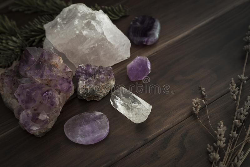 Seleção dos cristais e das pedras em uma superfície de madeira com folha imagens de stock