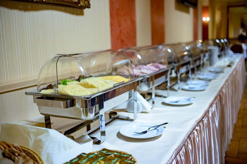 Seleção dos pratos em um bufete foto de stock