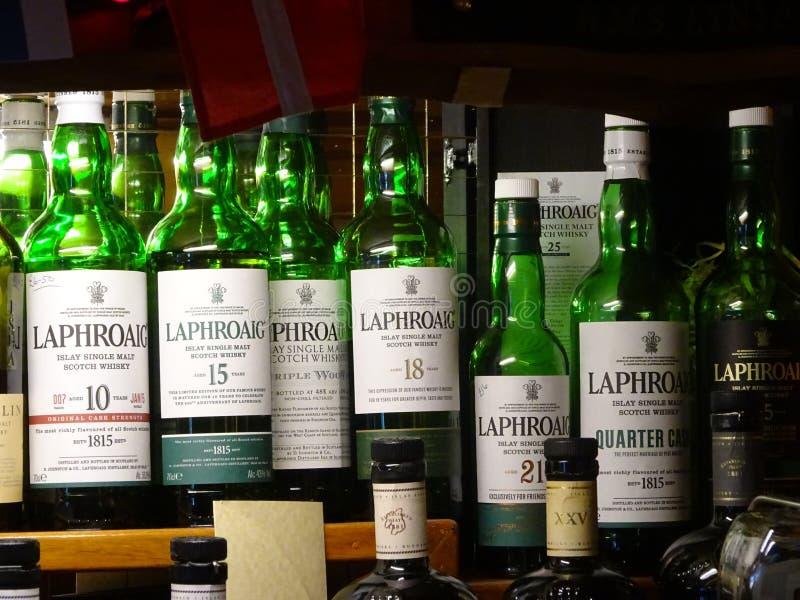 Seleção escocêsa de Laphroaig em um bar na ilha de Islay, Escócia fotografia de stock