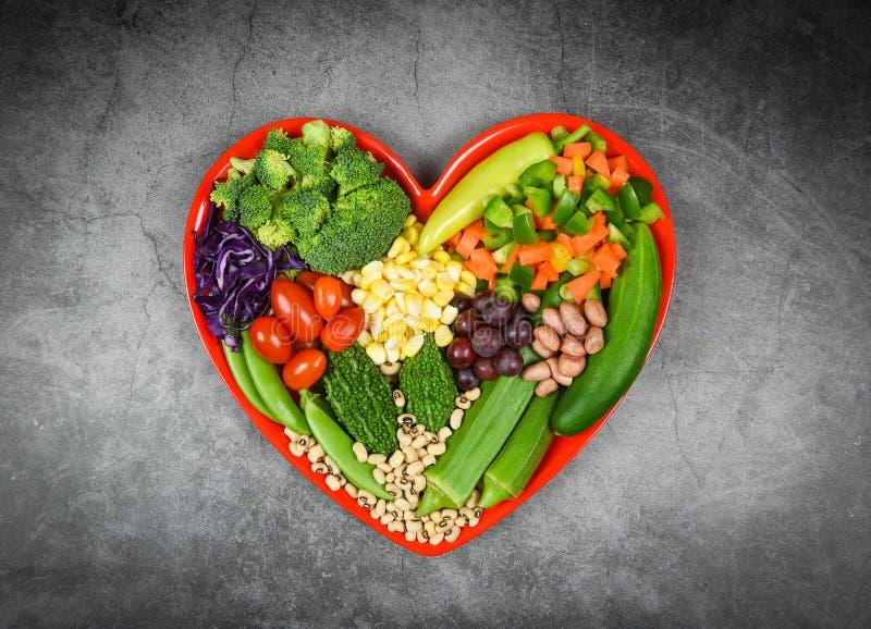 Seleção saudável de alimentos Comida limpa para a vida cardíaca Cholesterol dieta conceito de saúde Fruta salada fresca e legumes fotos de stock royalty free