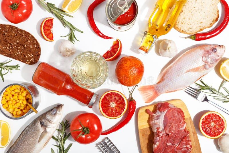Sele??o limpa comer do alimento saud?vel: fruto, vegetal, sementes, peixes, carne, hortali?as no fundo branco Vista superior fotografia de stock