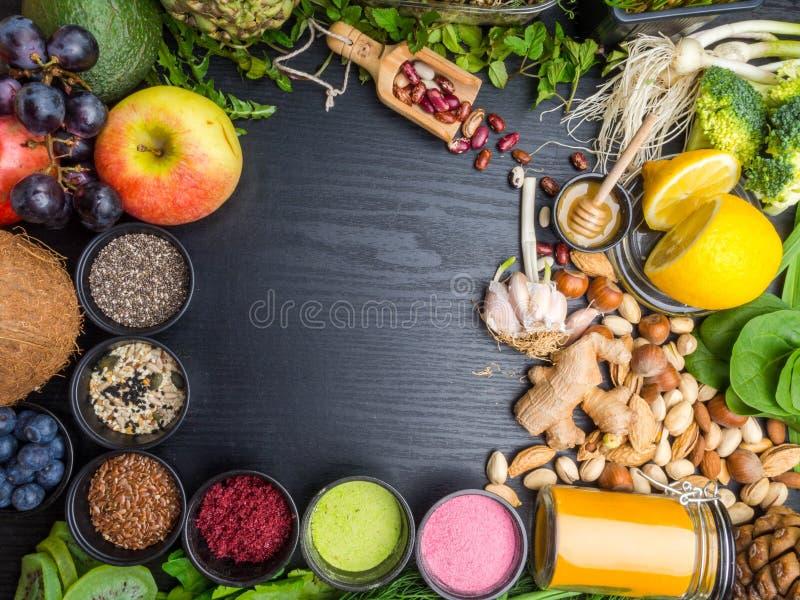 Sele??o super do alimento natural do alimento em umas bacias, em um spirulina, em um p? da baga, em sementes pretas do cominhos,  fotos de stock