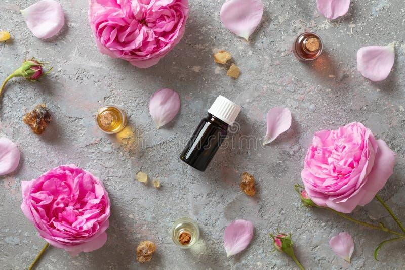 Selección de aceites esenciales con el incienso y la rosa del mai fotografía de archivo libre de regalías