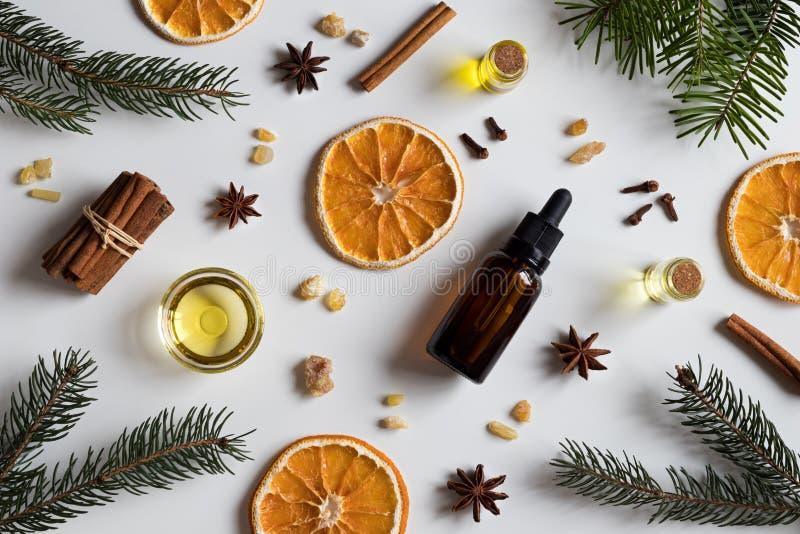 Selección de aceites esenciales con las especias y el ingrediente de la Navidad foto de archivo libre de regalías